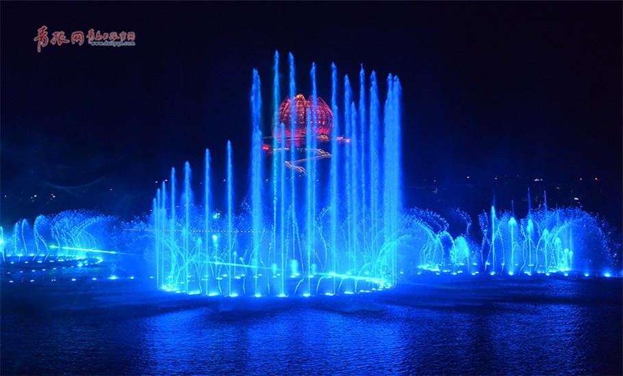 """天水水池外场地布置激光、水幕投影等表演装置,倾情打造水幕视频,拓展喷泉水景的艺术魅力,为观众呈现一场时而优雅、时而强劲、时而曼妙、时而震撼的动感""""水上花园""""。"""