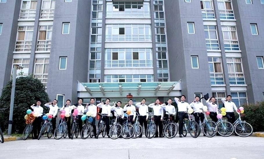 近日,西北工业大学为16位博士生举办集体婚礼,这也是陕西省内高校首次为十余对博士生举行集体婚礼,新郎们骑着自行车一起从博士楼出发去接亲,也是这次集体婚礼的一大亮点。