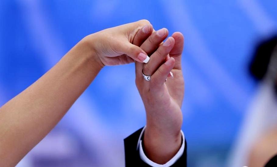 婚礼仪式上,新郎集体单膝跪地,相互交换纪念戒指。这枚镌刻着NPU和LOVE U的戒指,是由西工大机电学院工业设计专业研究生倾心设计,并由西工大校友企业北京精雕有限公司精心制作,作为母校西工大送给新人们的特殊礼物。