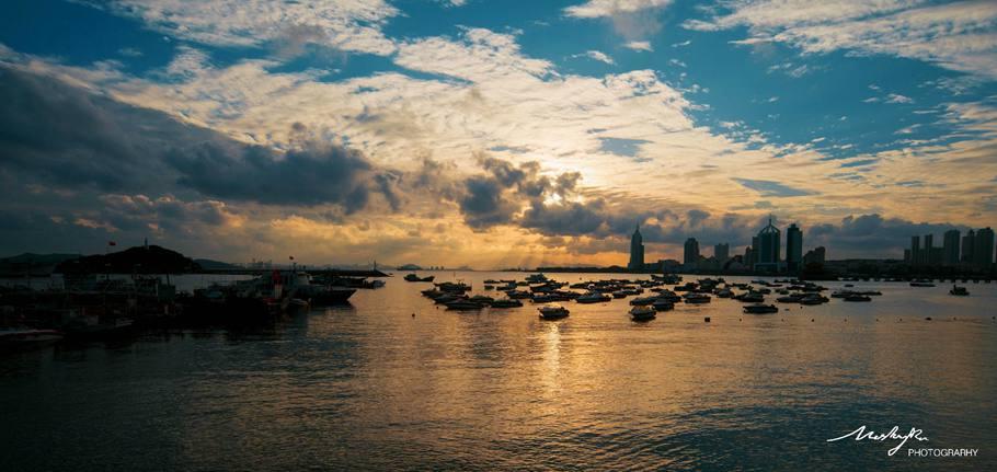 有时候早起也是一种幸运,至少在这个秋天里能看见青岛的阳光。最近连绵的雨,看到不久前的片子,觉得心情很好。@莫莉蜜