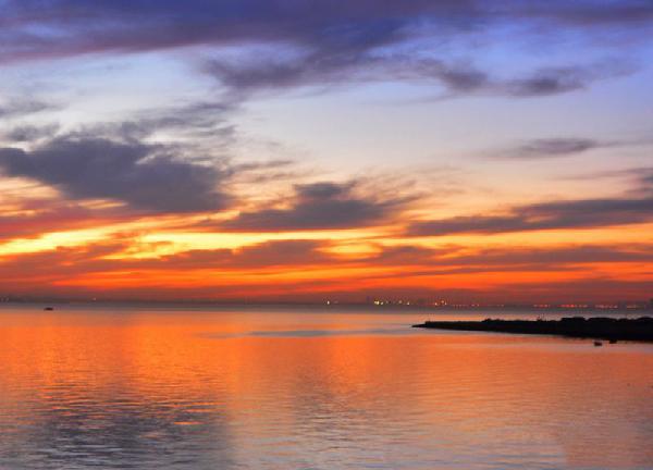 火烧云连续两日光顾,让岛城的黄昏被赞美爆了。退去白天的炙烤高温,夕阳西下的青岛让人倍感凉爽惬意。看火烧云哪里最理想,胶州湾畔当仁不让。蓝天红云碧海无缝连接,一条钢铁巨龙绵延望不到尽头,大自然的神奇景色俨然不逊任何魔幻大片。