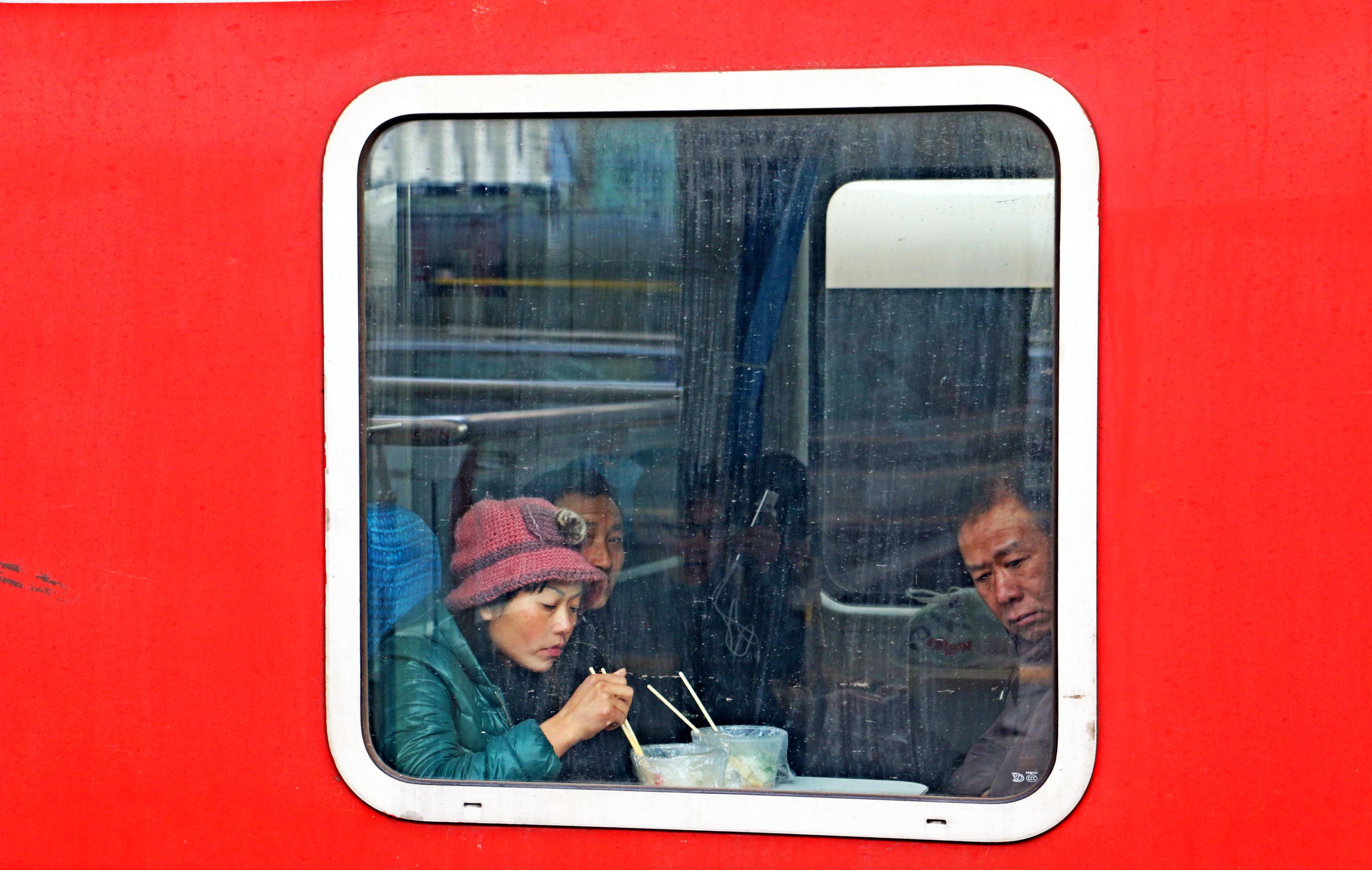 1月29日,青岛火车站内,每一列前行的春运列车都是通向远方家园的温暖桥梁,而透过每一扇车窗,能看到返乡者回家路上最真实的自己,那个时候或站或坐在车厢内,悬着的心总算是落下了。他们或疲倦闭目,或沉思静想。小小车窗,承载了很多的梦想。祝福他们,一路顺风,新年快乐!