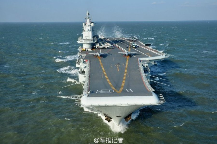 日前,外交部发言人耿爽在例行记者会上回应辽宁舰在南海训练的有关问题时说,辽宁舰航母编队目前在南海有关海域开展科研试验和训练是按照计划安排的,目的是检验武器装备的性能。中国海军航母编队在忙些啥?跟随记者的镜头,带你领略辽宁舰犁波踏浪、歼-15腾空一跃的风采!