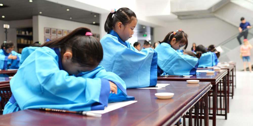 青岛小学开学第一课 汉文化率先开笔启蒙