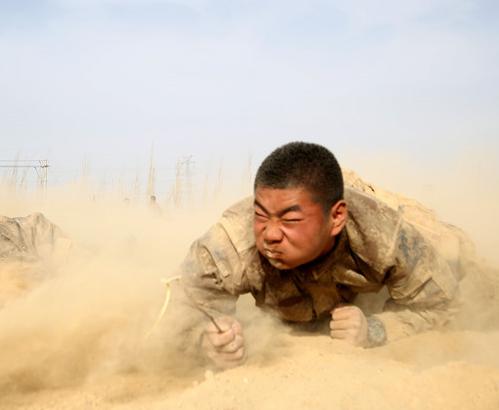 这里的新兵满身沙土,看看他们在干啥