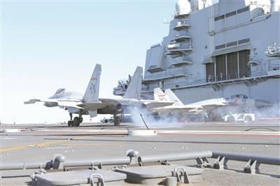 新一代艦載機飛行員通過著艦資質認證