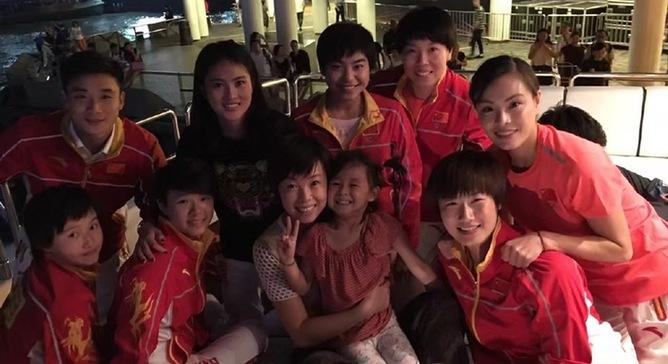 张怡宁母女与奥运精英代表团聚会 小魔王笑容满面