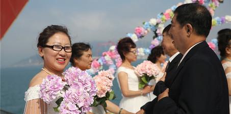 """重返""""20岁""""!青岛子女为父母补办海边集体婚礼"""