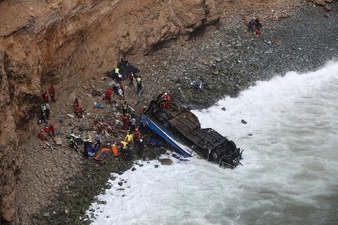 秘鲁长途汽车与卡车相撞后坠崖 至少36人死亡