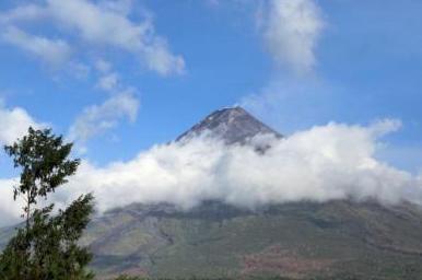 菲律宾一火山活动频繁预警升级 近千户家庭被疏散