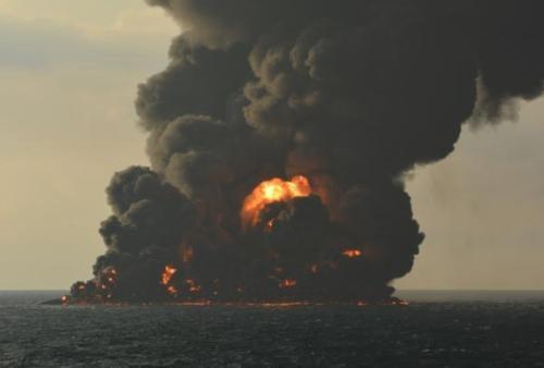 """""""桑吉""""轮东海沉没:油污仍在燃烧 生态环境受影响"""