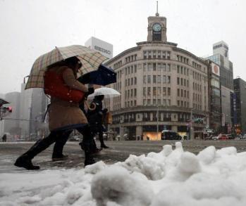 东京降下多年来罕见大雪 致交通混乱数千户停电