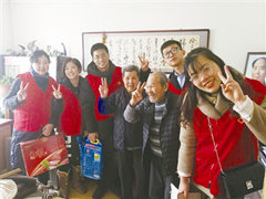 """暖!青岛200多名志愿者给空巢老人送去""""敬老年货"""""""