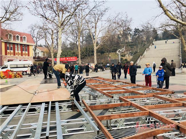 中心舞台布置现场引来不少市民围观。.jpg
