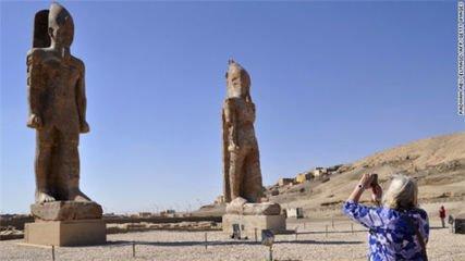 埃及发现一处古代大型墓地 内含逾千座小型雕像
