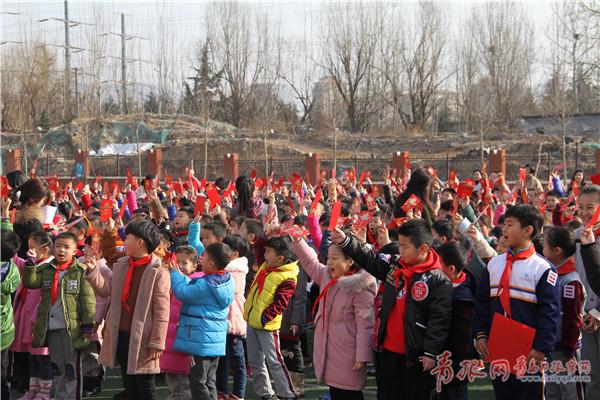 """李沧区实验小学文正校区的孩子们收到""""责任红包"""".jpg"""