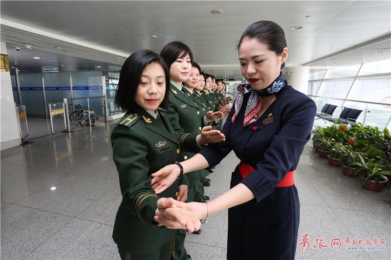 青岛国际机场,青岛机场边检站女子旅检科民警接受东航礼仪讲师的培训.