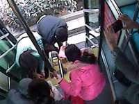 20多斤黄豆散落公交车 青岛人这一举动让人暖心