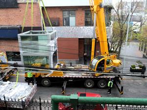 如意小区电梯加装完成主体吊装 5月上旬投入使用