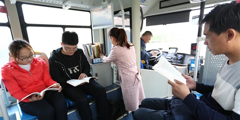 """公交车上摆满书 青岛打造流动书 """"香"""""""