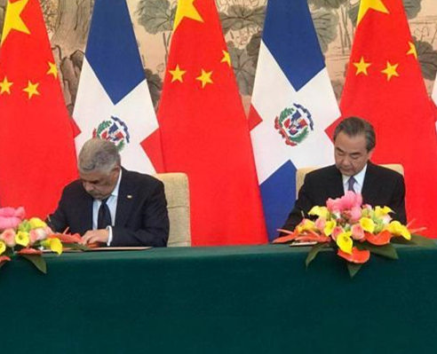 中国与多米尼加建立大使级外交关系