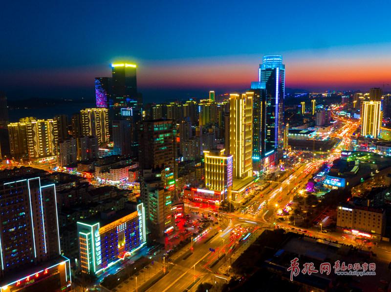 西海岸新区夜晚灯光璀璨。.jpg