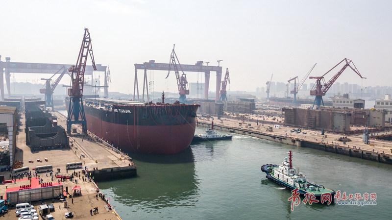世界首艘第二代40万载重吨矿砂船出坞。.jpg