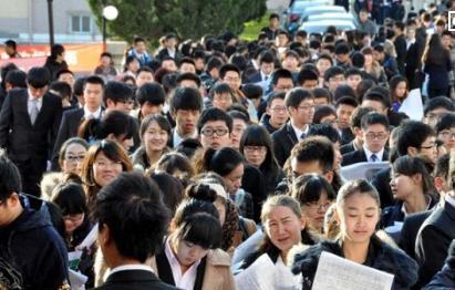"""820万毕业生迎就业高峰 """"慢就业""""等新趋势显现"""