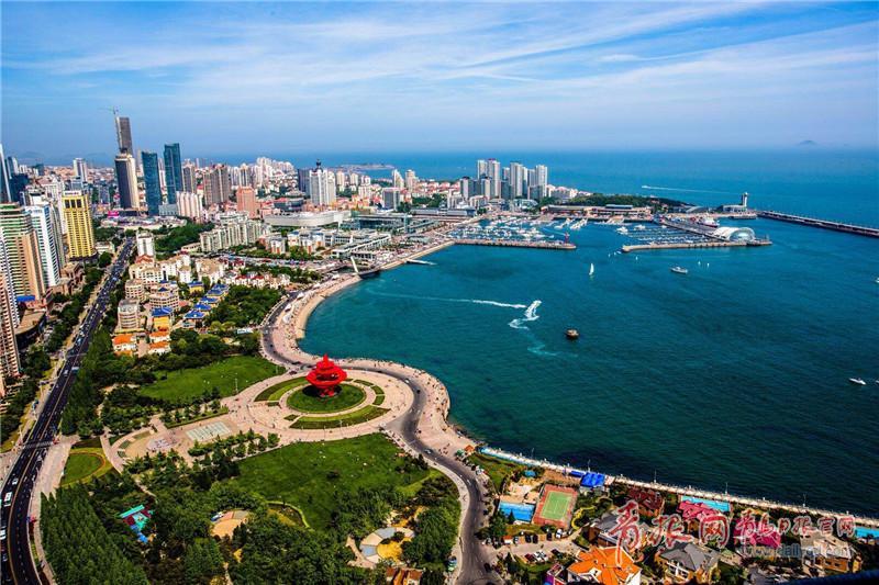 青岛沿海一线风景   据介绍,本届峰会主要有以下特点:   一是把握时代发展趋势,提升旅游城市品牌。随着全球旅游的大众化、个性化及文旅融合潮流以及科技发展的日新月异,市场消费结构、旅游方式、旅游群体、消费热点、信息传导、产业形式以及市场运行模式正在发生显著变化。品牌是旅游城市最大的无形资产,峰会将聚焦新时代旅游发展趋势,就旅游品牌可持续发展进行深入广泛探讨;   二是强化联合会引导力。围绕本次峰会主题,将发布《世界旅游城市发展报告》和《中国公民出境(城市)旅游消费市场调查报告》两个学术报告,印发由世