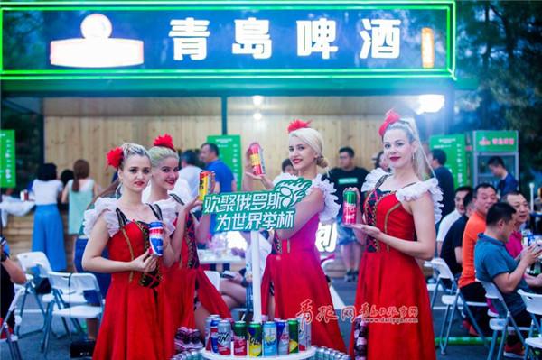 今年当然少不了足球的元素,在全国各地的青岛啤酒节随处都可以体验到浓郁的足球气息。精彩赛事循环播放、足球互动游戏、青岛啤酒缤纷加油罐惊艳亮相、俄罗斯美女现场助阵足球文化与啤酒文化充分融合。啤酒+足球,带来更有激情的青岛啤酒节。   北京慕田峪青岛啤酒节延续其国际范、中国风、北京味儿的三大特色,组织畅饮青啤,唱响长城品牌体验活动,带领参加啤酒节的球迷朋友登上长城,体验长城文化的博大精深。来自俄罗斯的西蒙,从众多参与啤酒节互动活动的球迷里脱颖而出,赢得了登上长城的机会,他激动的说:今天喝到了最