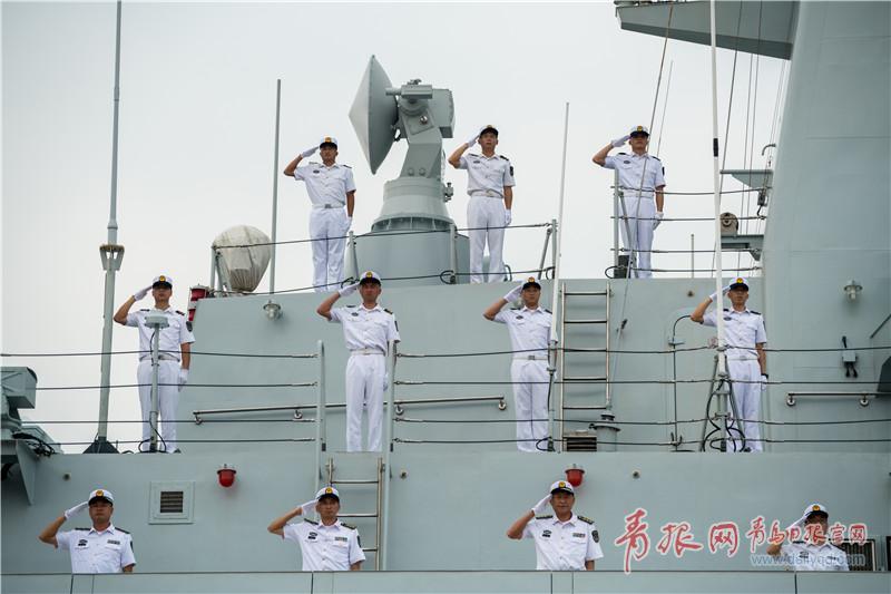 护航编队官兵向祖国和人民敬礼。.jpg