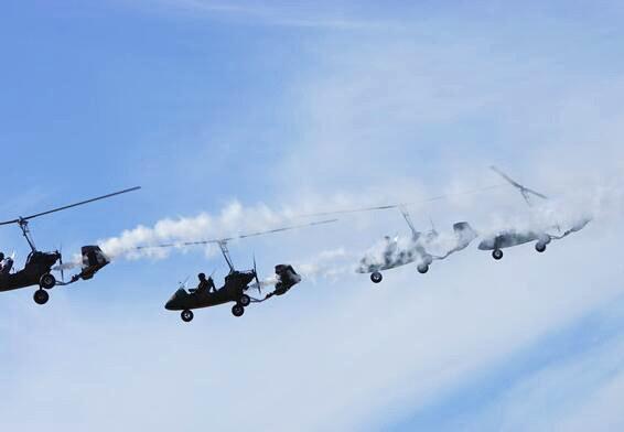 自转旋翼机女飞行员:云端上的一抹温柔
