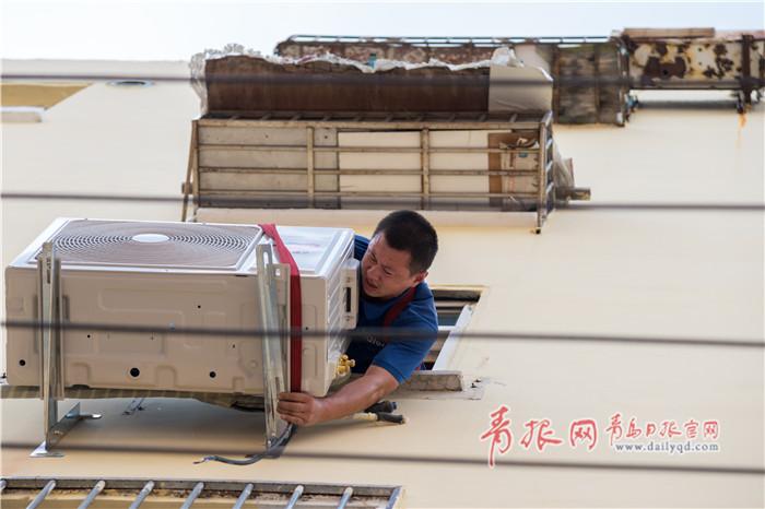 烈日下的海尔空调安装工:空调装一台 衣服湿一次