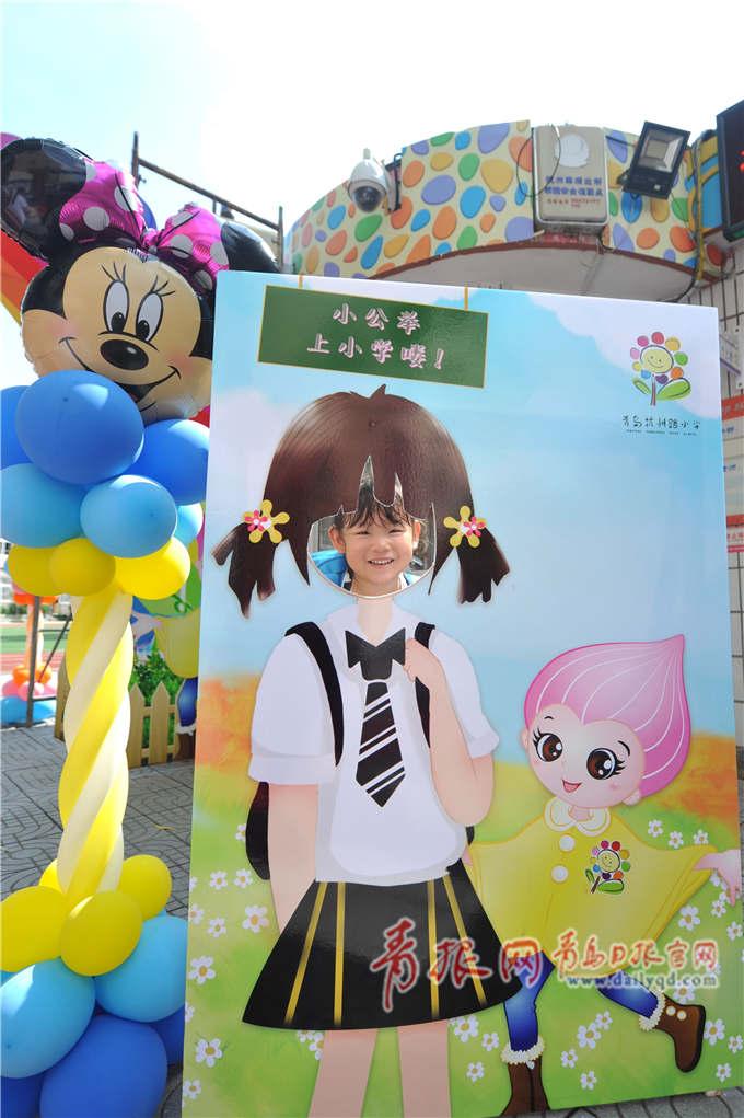 杭州路小学一年级新生入学,孩子们在教室前排队练习队形.