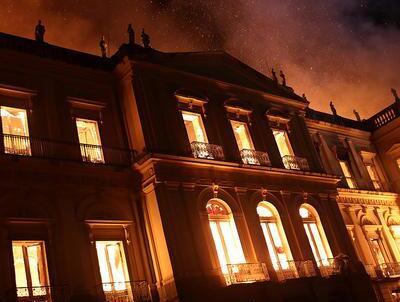 巴西历史博物馆突遭大火 2000万件文物受威胁