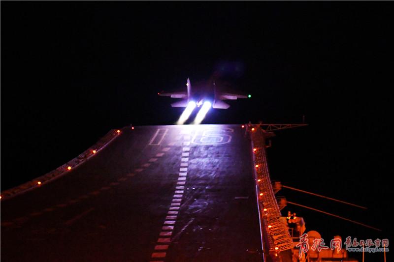 舰载夜间滑跃起飞.jpg