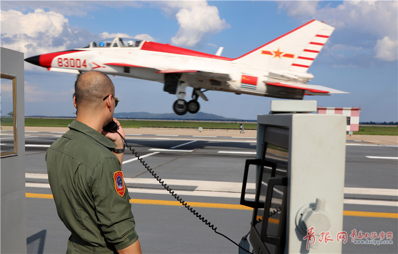飞行员驾驶教练机陆基训练.jpg