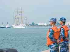 """印尼海军""""神圣毕玛""""号风帆训练舰访问青岛"""