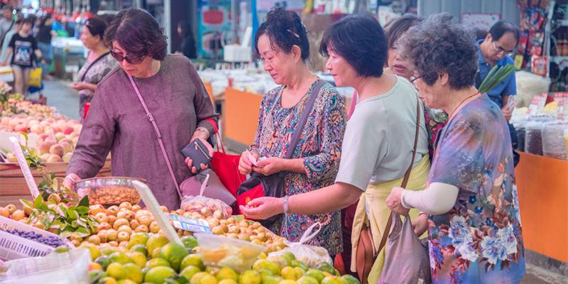 中秋将近 团岛农贸市场市民采购忙