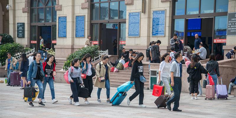 中秋节临近 返乡乘客陆续启程与家人团聚
