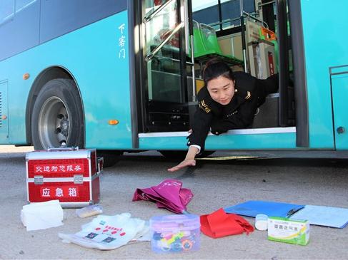 """会玩!青岛公交驾驶员花式""""摔跤炫富""""(图)"""