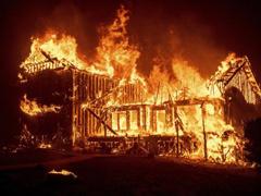 """美国加州山火已致11人死 20万人逃离""""火海"""""""