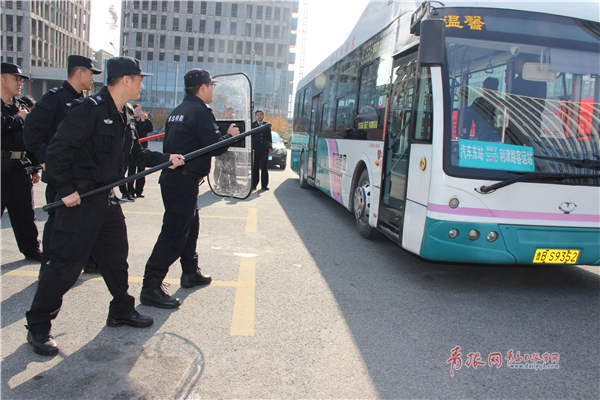 武警在公交车下对闹事者(武警扮演)进行劝阻.jpg