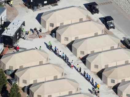 中美洲难民抵达美墨边境 美国加大边境审查力度