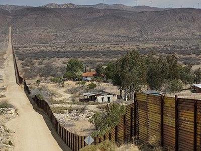 美一度关闭边境最大口岸 用催泪瓦斯驱离移民