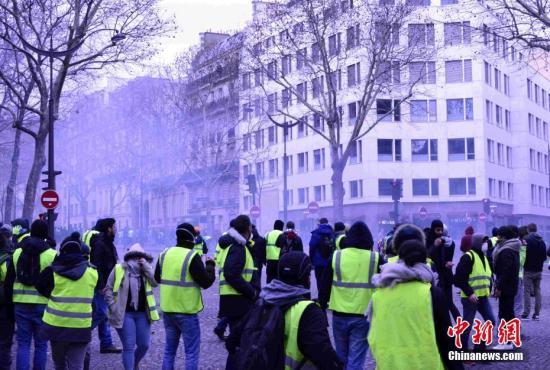 """法国""""黄背心""""示威:逾13万人上街 总统将响应诉求"""