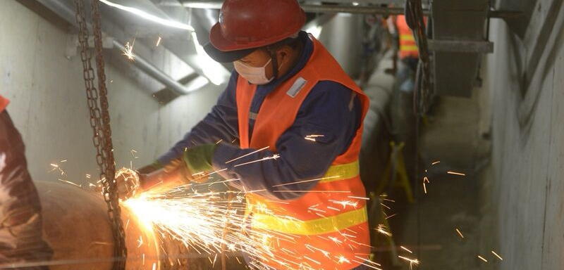 克服困难抓紧时间 青岛胶东机场管道工人安装忙