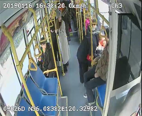 太暖心!公交车上老人悉心照顾陌生生病孩童