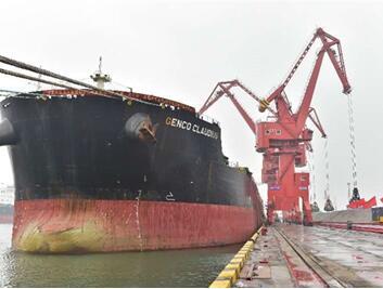 重量级!国内首艘20万吨锰矿船在青岛港接卸