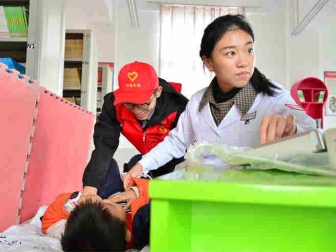 中国儿童健康扶?#37117;?#21010;启动 救治贫困家庭?#32423;? title=